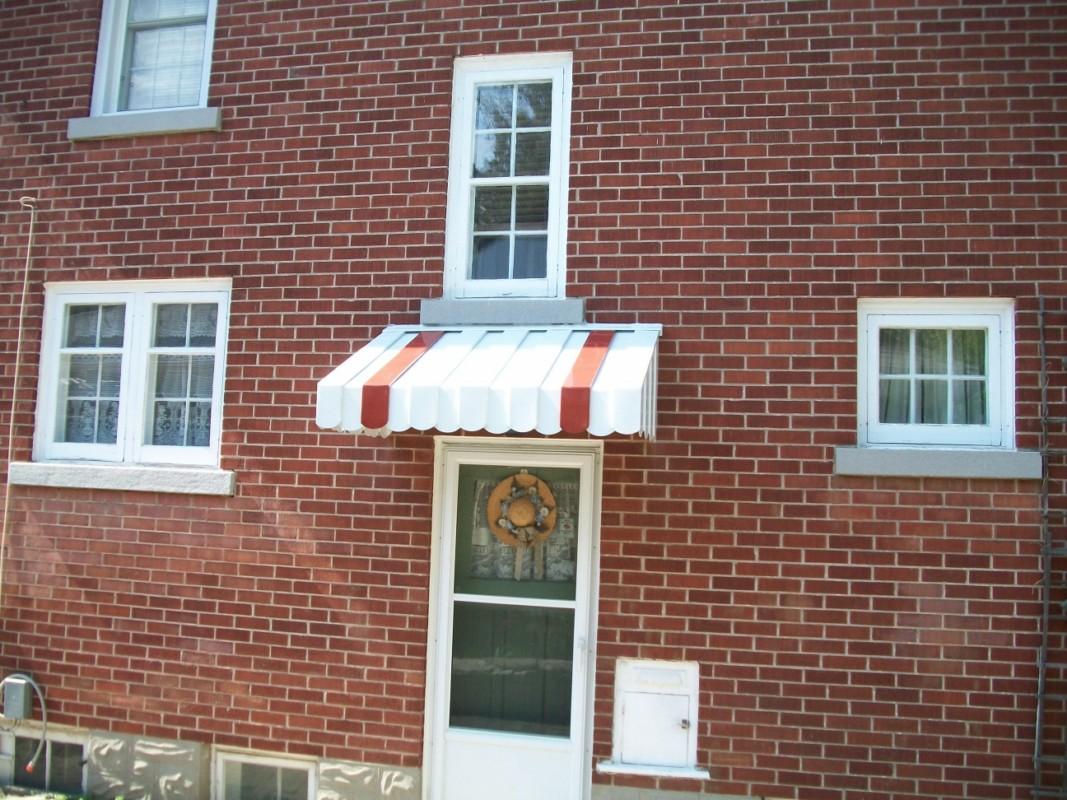 White Red Stripe - Side Entrance - 2010 - Larry []